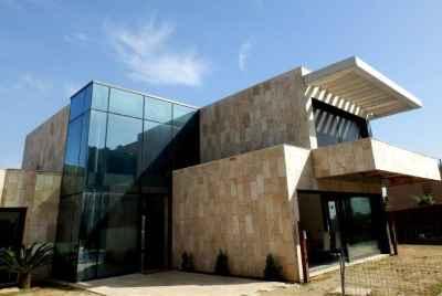 Новый дом в пригороде Барселоны в авангардном стиле с бассейном и видом на море